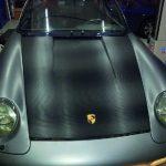 Porsche mit Carbon folierter Motorhabe und perlfarbener Folie