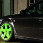 Fahrzeug mit satin schwarz matter Folierung und giftgrünen Felgen